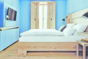 Blick in eines der blau gestrichenen Zimmer
