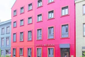 Die in zwei leicht unterschiedlich kräftigen Rottönen gestrichene Fassade des Hamburger Hotels Wedina