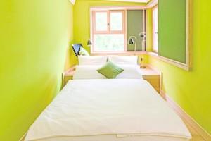 """Blick in eines der grün gestrichenen Zimmer des Hotels Wedina in Hamburg<span class=""""bildnachweis"""">Fotos: Guido Köninger fotodesign / Keim</span>"""