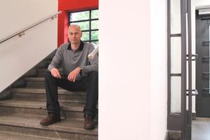 """Thomas Wieckhorst, Chefredakteur der bauhandwerk, im Treppenhaus der zum Hotel umgenutzten Wisperschule in Lorch<span class=""""bildnachweis"""">Foto: Thomas Schwarzmann</span>Kontakt: 05241/801040, thomas.wieckhorst@<br />bauverlag.de"""