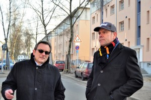 Auf die Zulassung achten: Andreas Berndt (links), Geschäftsführer des Berliner Fassadenfachbetriebs Fabetec, hat mit seinem Team die Fassaden in der Schwelmer Straße ausschließlich mit Systemprodukten der DAW-Vertriebsgesellschaften Caparol, alsecco und Inthermo gedämmt und verputzt