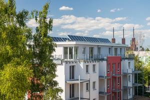 Um neuen Wohnraum zu schaffen, wurde in Lichterfelde auch aufgestockt und das zusätzliche Geschoss mit dem Inthermo Holzfaser-WDVS gedämmt. Dabei kamen 18 cm dicke Holzfaserdämmplatten des Typs Inthermo HFD-Exterior Compact zum Einsatz