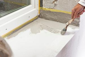 Die Wandbildner wurden im Bereich des Fensterbank-Auflagers sowie der Laibungen gegen Feuchtigkeitseintrag geschützt