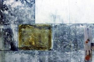 """Rechts: Mit Naturlatex (""""Arte Mundit"""" von Remmers) zum Teil gereinigte Natursteinoberflächen"""