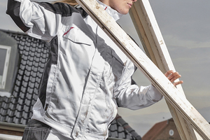 """Links: Beuge- und Streckbewegungen werden durch vorgeformte Knie- und Armbeugen und elastische Einsätze im Rücken erleichtert<span class=""""bildnachweis"""">Foto: F. Engel</span>"""