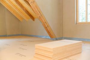 Links: Neben der Innendämmung der Außenwände wurden auch Fußböden und Dach mit Holzfaserplatten gedämmtFotos: Gutex / Martin Granacher