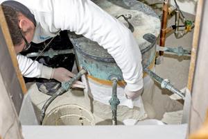 """Nach der Grundierung brachten die Handwerker die Komponente """"ProDetail"""" auf komplizierte Stellen auf"""