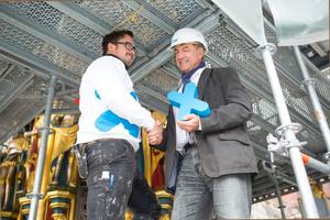 Gemeinsam haben Michael Märkl<br />(links)von der ausführenden Märkl<br />GmbH und Peter Müller,<br />Außendienstmitarbeiter bei Triflex,<br />die Herausforderung der<br />Brunnensanierung in Nürnberg<br />erfolgreich gemeistert