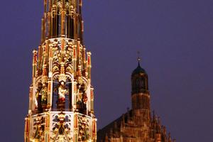 """Nach der Restaurierung erstrahlt der<br />""""Schöne Brunnen"""" wieder in neuem<br />Glanz und lockt viele Besucher auf<br />den Platz vor dem Nürnberger<br />Rathaus"""