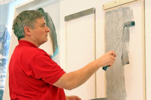Ein Mitarbeiter der Firma Baumit bei einer der Praxisvorführungen