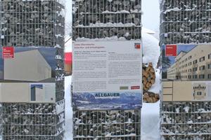 Gabionen zeigen vor der Kongresshalle mit Putz gestaltete Gebäude