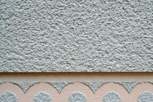 """Detail einer Putzfassade auf einer der Gabionen<span class=""""bildnachweis"""">Fotos: Thomas Wieckhorst</span>"""