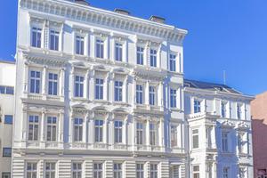Die Fassaden der beiden Gebäude in der Hamburger Warburgstraße wurden von der JaKo Baudenkmalpflege in transportable Elemente zerlegt und werden später wieder in einen Neubau integriert⇥Foto: JaKo Baudenkmalpflege