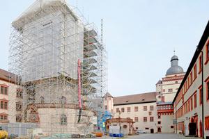 Gerüst und Wetterschutzdach während der Renovierung von Dach und Fassade der 706 geweihten Marienkirche der Würzburger Festung Marienberg⇥Foto: Layher