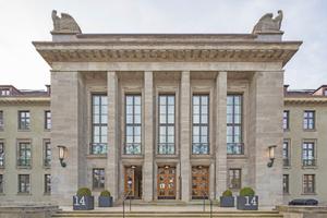 """Die Fassade des Hamburger Sophienpalais behält ihr """"militärisch graues Kostüm"""", der Originalputz vorne wurde gesäubert und belassen Foto: Christian Richters"""