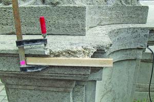 Fehlstellen wurden an den Ecken mit GFK-Dübeln armiert, als Vorbereitung für die Formergänzung