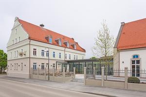 """Ein Stück Dorfgeschichte: die """"Alte Brauerei"""" in Mertingen und der über einen Verbindungsgang angeschlossene große Bürgersaal"""
