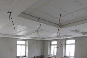 """Verkofferungen aus """"Rigips Bauplatten RB"""" mit niveaugleich angebrachten Stuckprofilen unter der Brandschutzdecke"""
