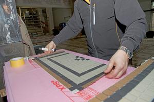 Die Fliesenleger haben die Mosaikfliesen zunächst in der Werkstatt in Fliesenverbände auf Matten aufgebracht