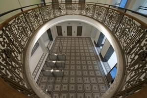 Der historische Mosaikfußboden musste zum größten Teil erneuert werden. Um seine besondere Ästhetik zu betonen, wurde der Mosaikfries von weißem Terrazzo umrahmt