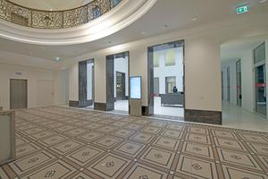 Der historische Mosaikfußboden musste zum größten Teil erneuert werden. Um seine besondere Ästhetik zu betonen, wurde der Mosaikfries von weißem Terrazzo umrahmtFotos: Ardex