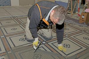 "Verfugung der Mosaikplatten<span class=""bildnachweis"">Fotos: Ardex</span>"