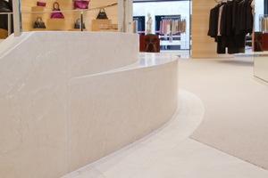 Für den Bodenaufbau der 300 m² Verkaufsfläche in einer Münchner Modeboutique kam wegen der geringen Aufbauhöhen und der begrenzten Tragfähigkeit der Decke nur eine leichte und flexible Fußbodenkonstruktion infrage