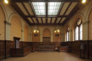 Nicht weit von diesen Zellen entfernt findet sich im ersten Obergeschoss auch der bis 1962 genutzte, historistische Gerichtssaal
