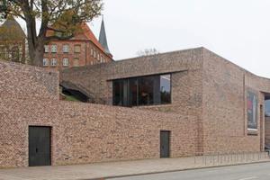 """Der Neubau des Lübecker Hansemuseums erscheint wie eine Stützmauer, die das historische Burgkloster sichert<span class=""""bildnachweis"""">Fotos: Robert Mehl</span>"""