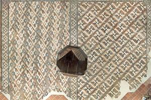 Rechts: Schmuckfußboden nach Abschluss der Restaurierung