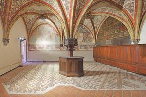 Sakristei mit wiederhergestelltem Schmuckfußboden. Der Raum ist regulär nicht zugänglich und kann nur durch eine Glasscheibe hindurch betrachtet werden<br />Foto: Robert Mehl