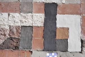 Rechts: Eine Mosaikfläche nach Antragen des Ergänzungsmörtels