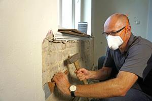 """Thomas Wieckhorst, Chefredakteur der bauhandwerk, testet die Atemschutzmaske """"Air+ Smart"""" beim Abstemmen von Altputz auf einer Baustelle in Bielefeld<span class=""""bildnachweis"""">Fotos: Thomas Schwarzmann</span>"""