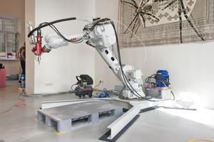 """Ein Industrieroboter von ABB, der mit dem """"BauMinator""""-System komplexe Formen aus Beton drucken kann<span class=""""bildnachweis"""">Foto: Ofroom</span>"""