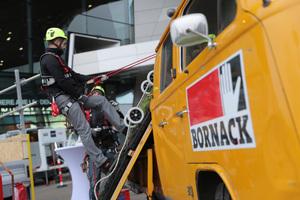 Hersteller Bornack zeigte seine Produkte in einer Praxisvorführung auf dem Außengelände des Fachkongress für Absturzsicherheit<br /> Foto: Nicolai Stein/manicotv
