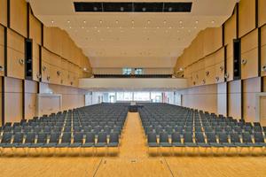 Oben: Die Wand- und Deckenverkleidung von BER Deckensysteme sorgt im großen Veranstaltungssaal der neuen Stadthalle von Bad Neustadt für ein optimales Raumgefühl und eine hervorragende Akustik Fotos: Michael Miltzow
