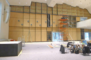 """Die Wandverkleidung mit """"BER Akustikplatten"""" im obersten Wandbereich des großen Saals in der neuen Stadthalle von Bad Neustadt verbessert in Verbindung mit der zusätzlich verarbeiteten Akustikwolle die akustischen Eigenschaften nachhaltig Fotos: Architektur- und Ingenieurbüro pbr"""