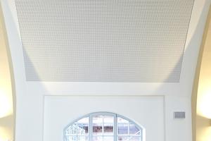 Funktional und ästhetisch ansprechend saniert zeigt sich die Mehrzweckhalle einer Hamburger Berufsschule, wobei die historischen Fenster eingebunden wurden
