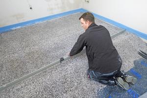 """Geeignete Schüttungen können vollflächig in Räumen mit Rohrleitungen und/oder Elektroinstallationen genutzt werden, gemäß BEB-Merkblatt 4.6<span class=""""bildnachweis"""">Fotos: Knauf Aquapanel / Ekkehard Reinsch</span>"""