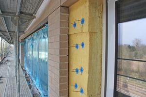 Rechte Seite: Luftschicht von einem Zentimeter zwischen Klinkerfassade und Stahlbetonrohbau