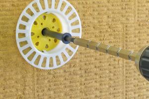Dübel mit Dübelteller einstecken, bis die Unterseite des Dübeltellers auf der Dämmstoffoberfläche aufliegt. Mit SRD Verstellschaft zur Dämmstoffoberfläche einschrauben
