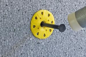 PS-Dämmplatte, oberflächenbündige Montage: Bohrloch erstellen und Dübel einstecken, danach Dübel einschlagen. Die duale Spreizzone erlaubt eine variable Verankerungstiefe von 25 bis 45 mm. Der SLD-5 eignet sich auch für andere Dämmstoffe, beispielsweise Mineralwoll-Dämmplatten.Fotos: Saint-Gobain Weber