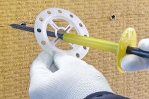 """Schlagdübel """"weber.therm SRD-5"""", Mineralwoll-Dämmplatte, oberflächenbündige Montage mit Zusatzteller, 90mm: Bohrloch erstellen, Dübel mit Zusatzteller zusammenfügen und in den Dämmstoff einstecken, bis der Teller auf der Oberfläche aufliegt. Bündig zur Oberfläche einschrauben. Die Teleskopverschiebung ermöglicht einen optimalen Tellereinzug. Dadurch schmiegt sich der Dübelteller an die Dämmstoffoberfläche an."""