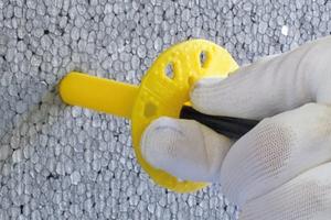 PS-Dämmplatte, oberflächenbündige Montage Bohrloch erstellen und Dübel einstecken