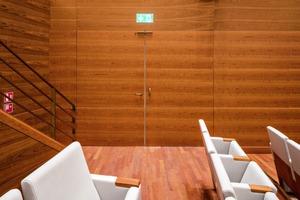 Im Saal sind die Farbtöne wärmer. So auch bei den dort verbauten Schörghuber Türen, die vom Design an die jeweilige Raumgestaltung angepasst wurden und sich somit beinahe unsichtbar integrieren