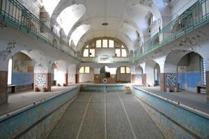 Im historischen Bad musste der mit Gefälle verlaufende Boden des Beckens herausgenommen werden, um eine einheitliche Wassertiefe von 1,35 m zu schaffen Foto: Veauthier Meyer Architekten