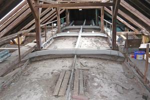 Über den tragenden Rippenbögen der Decken befindet sich eine selbsttragende Stahlkonstruktion, um das Gewölbe daran abzuhängen
