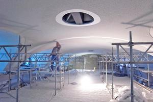 """Die Gewölbedecke über dem Jugendstilschwimmbecken musste ebenso wie die Galerie statisch ertüchtigt werden. Das Originalbad haben die Handwerker """"dem Anschein nach"""" wiederhergestellt Fotos: Veauthier Meyer Architekten"""