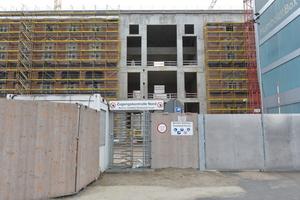 Nordfassade vor der Montage der Portalfenster