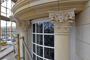Zwei Kastendoppelfenster haben eine gerundete Form